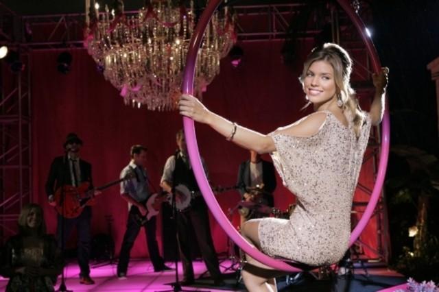AnnaLynne McCord e, sullo sfondo, The Honey Brothers nell'episodio Age of Inheritance di 90210