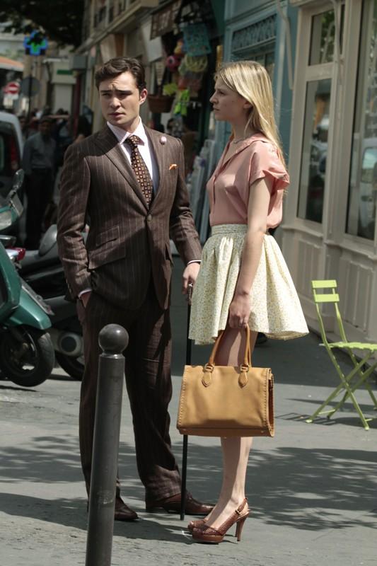 Chuck (Ed Westwick) ed Eva (Clemence Poesy) in una scena dell'episodio Double Identity di Gossip Girl