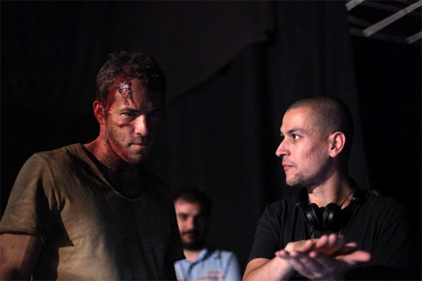 Il regista Rodrigo Cortés dirige Ryan Reynolds nel film Buried