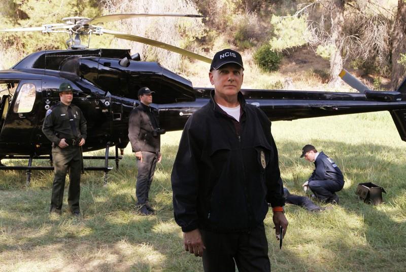 Mark Harmon, Brian Dietzen e Michael Weatherly sulla scena del crimine nell'episodio Spider and the Fly di NCIS