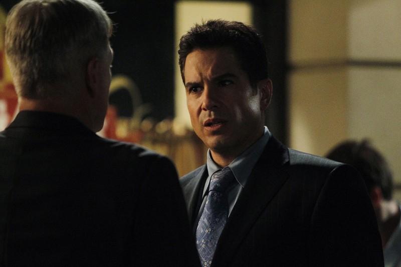 Mark Harmon (di spalle) e Marco Sanchez nell'episodio Spider and the Fly di N.C.I.S.
