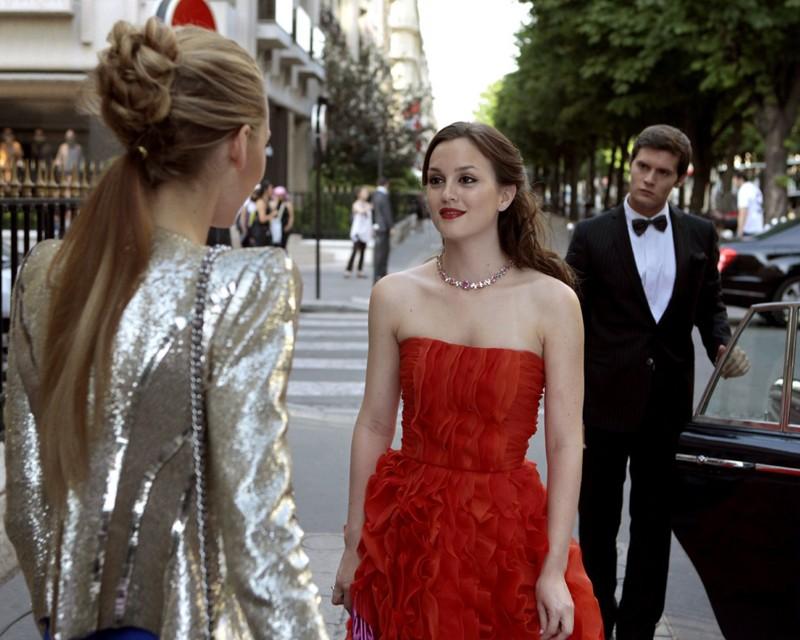 Serena (Blake Lively), Blair (Leighton Meester) e Louis (guest star Hugo Becker) nell'episodio Double Identity di Gossip Girl