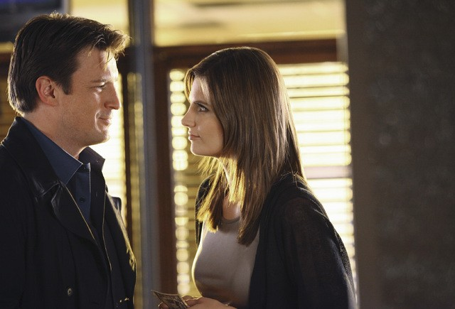 Stana Katic e Nathan Fillion nell'episodio He's Dead, She's Dead di Castle