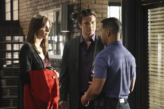 Stana Katic, Jon Huertas e Nathan Fillion nell'episodio He's Dead, She's Dead di Castle