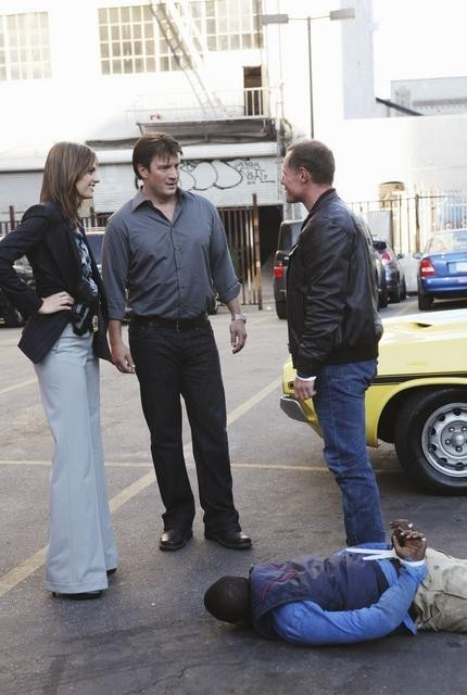 Stana Katic, Nathan Fillion, Jason Beghe e Keith Robinson nell'episodio Under The Gun di Castle