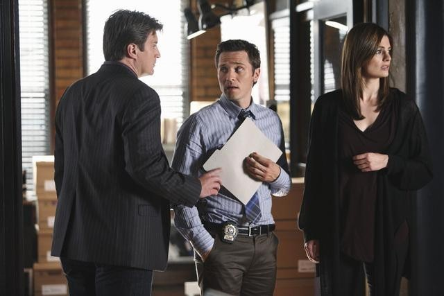 Stana Katic, Seamus Dever e Nathan Fillion nell'episodio He's Dead, She's Dead di Castle
