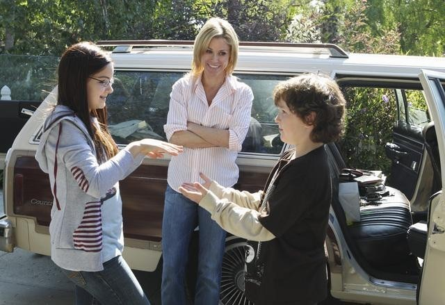 Julie Bowen, Ariel Winter e Nolan Gould nell'episodio Old Wagon di Modern Family