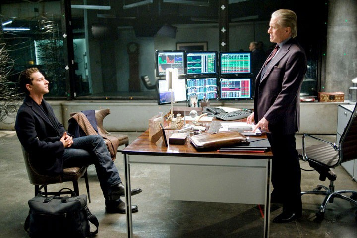 Shia LaBeouf e Michael Douglas, protagonisti del film Wall Street 2: Money Never Sleeps