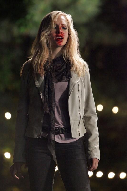 Caroline (Candice Accola) insaguinata nell'episodio Brave New World di Vampire Diaries
