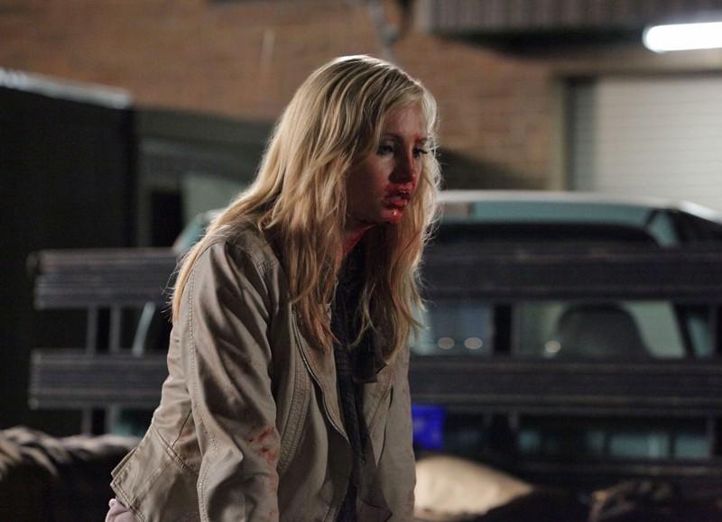 Caroline (Candice Accola) sporca di sangue nell'episodio Brave New World di Vampire Diaries