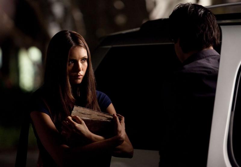 Elena (Nina Dobrev) parla con Damon (Ian Somerhalder) nella puntata Bad Moon Rising di Vampire Diaries