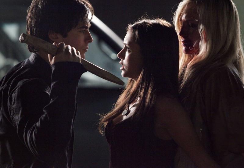 Ian Somerhalder cerca di impalare Candice Accola nell'episodio Brave New World di Vampire Diaries