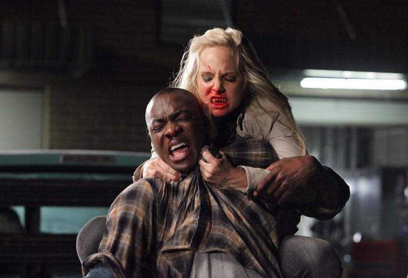 La vampiresca Caroline (Candice Accola) aggredisce Carter (B.J. Britt) in: Brave New World di Vampire Diaries