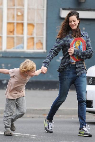 Liv Tyler e il suo energico figlio Milo William Langdon nel West Village