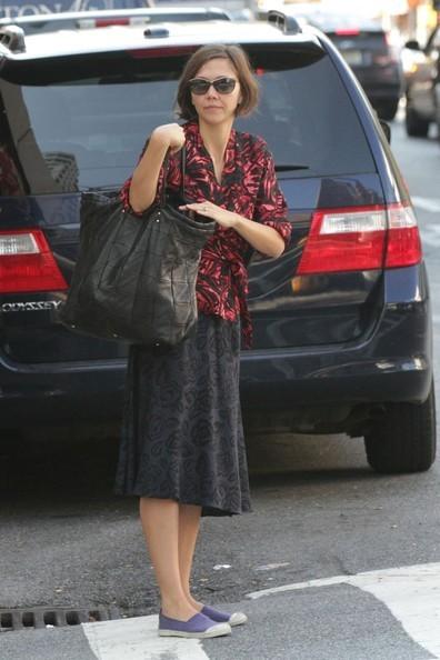 Maggie Gyllenhaal dopo essersi fermata a chiacchierare con un amica
