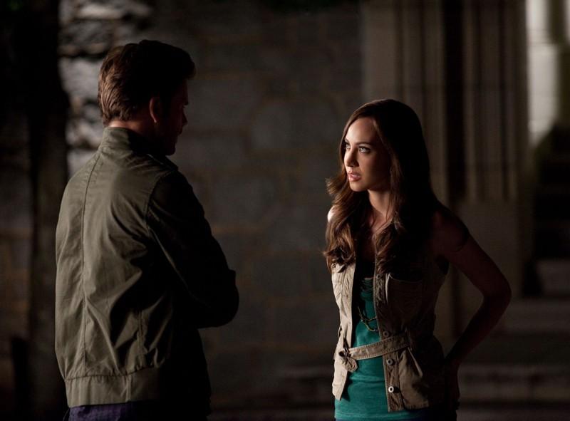 Matthew Davis (di spalle) e Courtney Ford nell'episodio Bad Moon Rising di Vampire Diaries