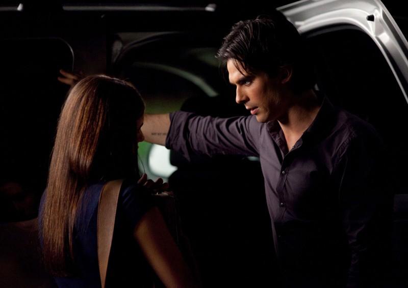 Nina Dobrev (di spalle) e Ian Somerhalder in: Bad Moon Rising di Vampire Diaries
