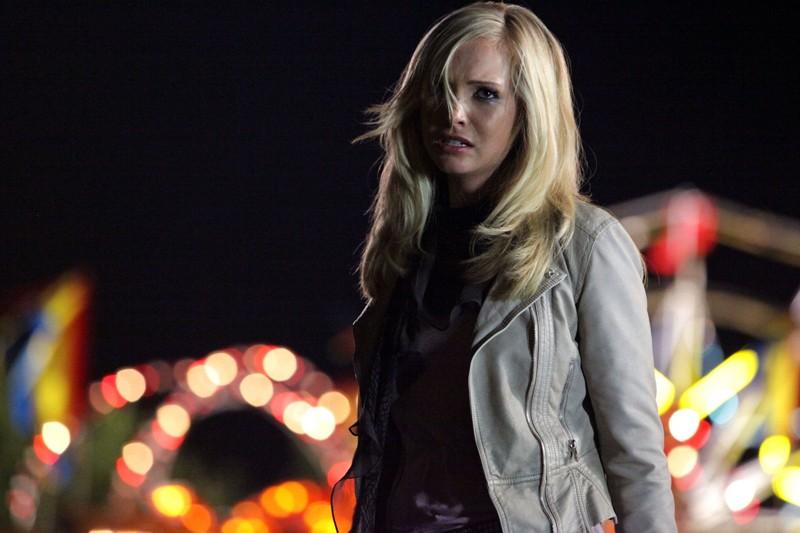 Una disperata Caroline (Candice Accola) in una scena dell'episodio Brave New World di Vampire Diaries