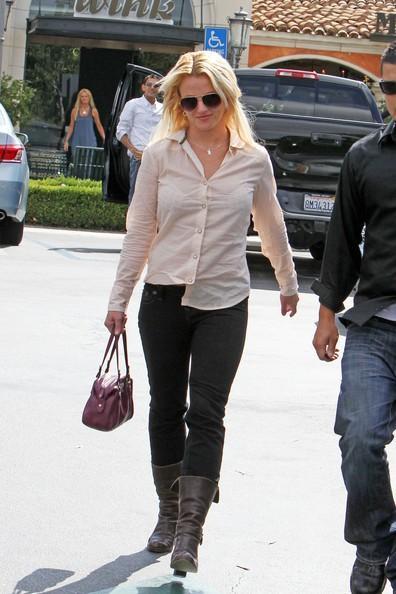 Britney Spears con la sua guardia del corpo dopo aver pranzato a Calabasas