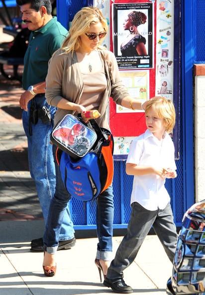 Kate Hudson prende il figlio Ryder da scuola