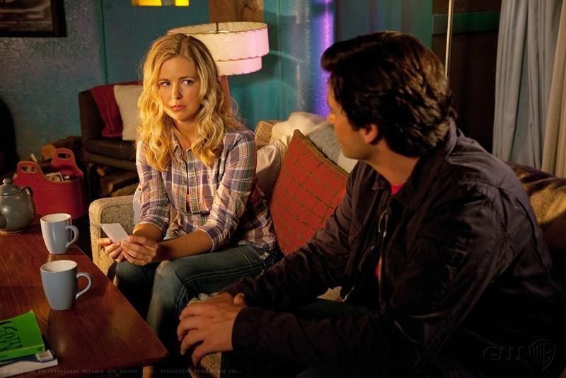 Keri Lynn Pratt parla con Tom Welling in una scena dell'episodio Shield di Smallville