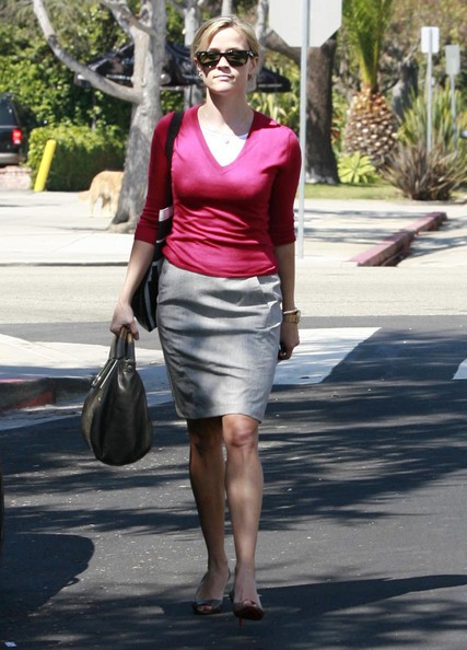 Reese Witherspoon svolge alcune commissioni in Santa Monica