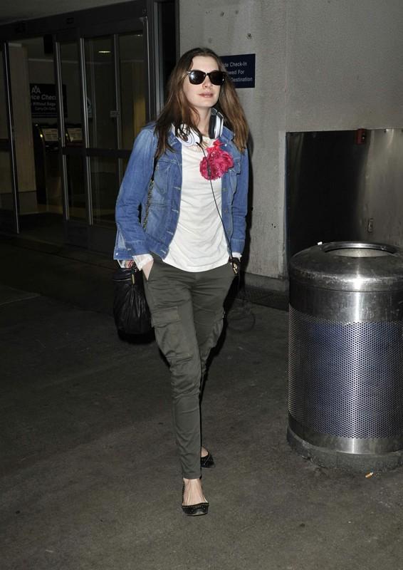 Anne Hathaway arriva all'aeroporto di Los Angeles