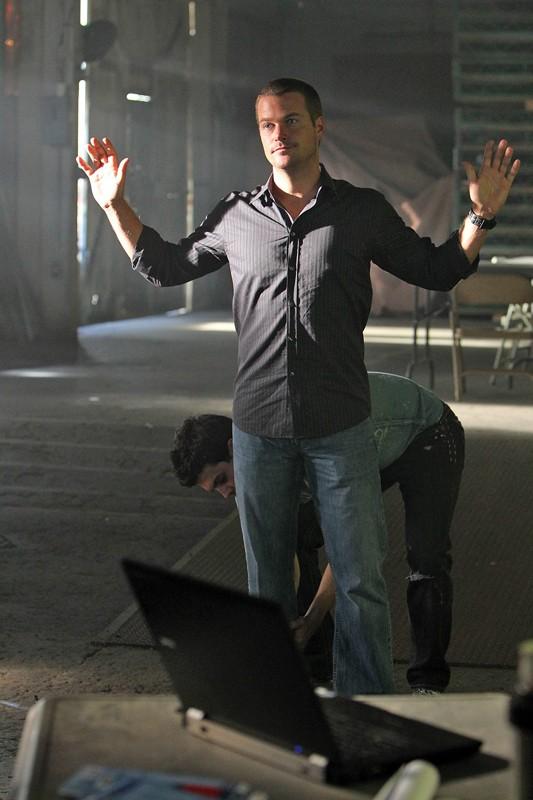 Chris O'Donnell viene perquisito in una scena dell'episodio Black Widow di NCIS: Los Angeles
