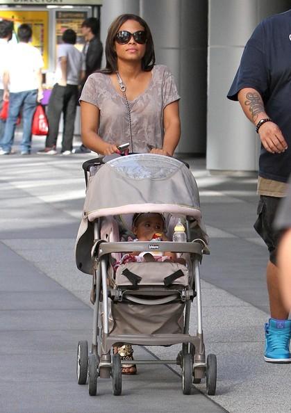 Christina Milian fa shopping con la figlia Violet a Los Angeles