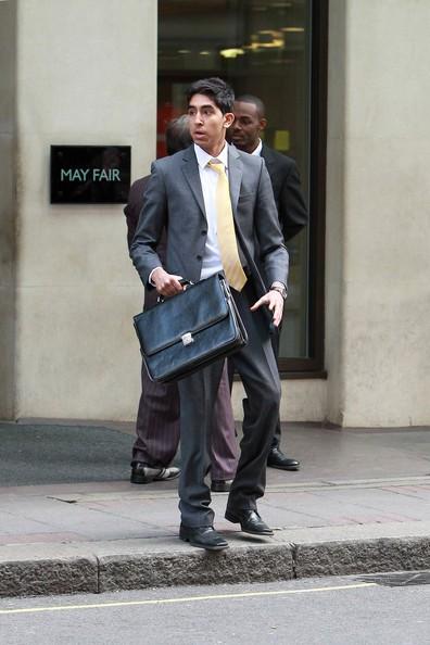 Dev Patel durante le riprese di una pubblicità di telefonia mobile fuori dall'hotel Londra May Fair