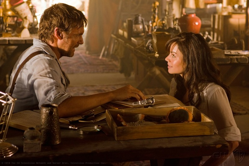 Michael Shanks parla con Erica Durance nell'episodio Shield di Smallville