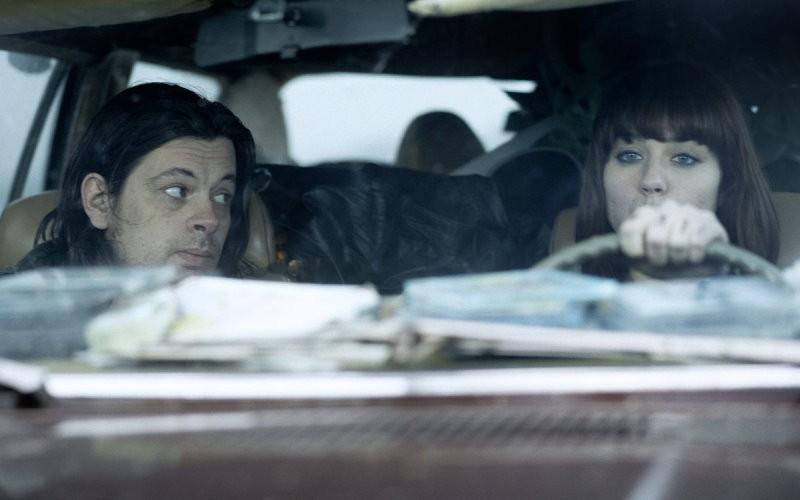 Benjamin Biolay e Émilie Dequenne in una scena dell'horror La meute