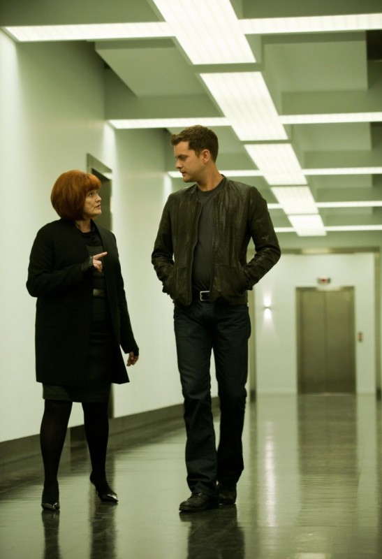 Blair Brown e Joshua Jackson nell'episodio Do Shapeshifters Dream of Electric Sheep? di Fringe