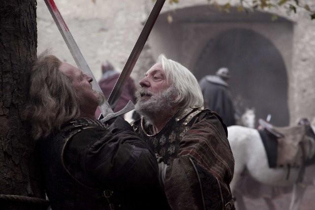 Donald Sutherland in una scena della miniserie I pilastri della Terra