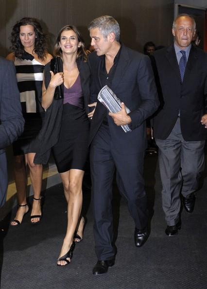 George Clooney ed Elisabetta Canalis lasciano la sfilata di Armani durante la Milan Fashion Week
