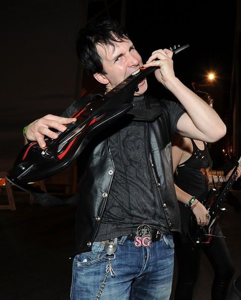 Hal Sparks arriva al 'Guitar Hero: Warriors Of Rock ' pubblicizzato ai Paramount Studios