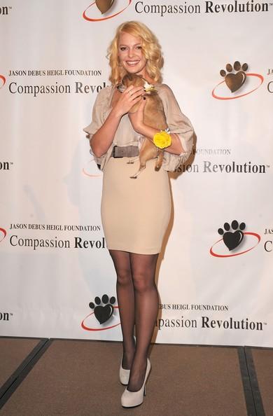 Katherine Heigl con un simpatico cagnolino, presenzia ad un evento organizzato dall'associazione che porta il nome di suo fratello.