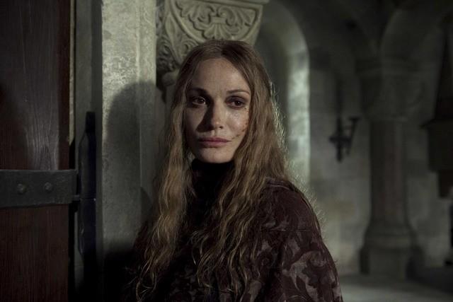 Sarah Parish nella miniserie I pilastri della Terra