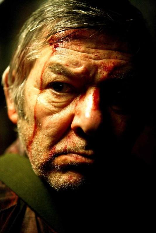 Un primo piano tra ombra e sangue dall'horror The Horde