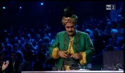 X-Factor 4, quarta puntata: look esotico per Elio.
