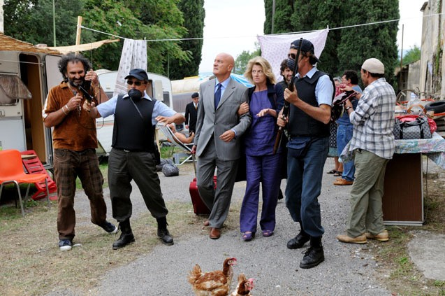 Claudio Bisio con Angela Finocchiaro in una scena divertente del film Benvenuti al Sud (2009)