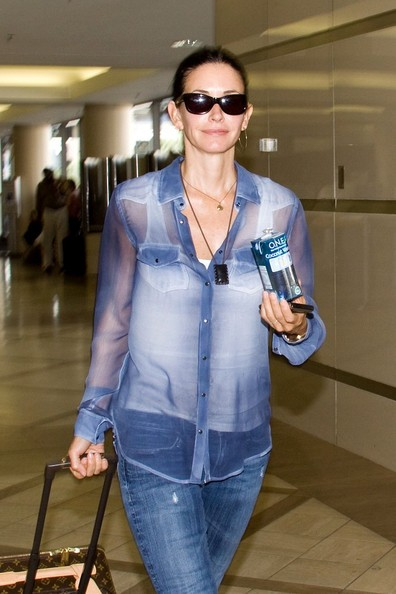 Courteney Cox si prepara a partire dal Los Angeles International Airport