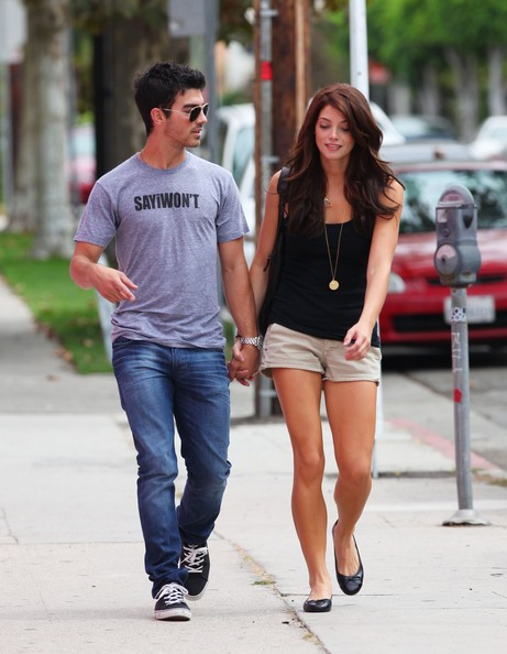 Joe Jonas ed Ashley Greene si tengono per mano passeggiando a Walgreens a Los Angeles