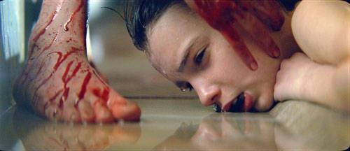 Una scena terrificante del film Let Me In con Kodi Smit-McPhee