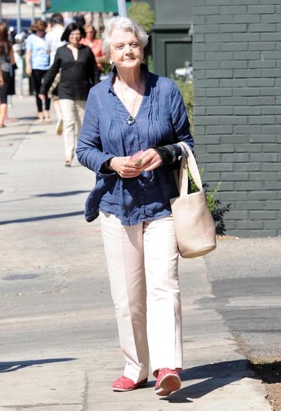 Angela Lansbury passeggia con un amica a Brentwood, il 30 Settembre 2010