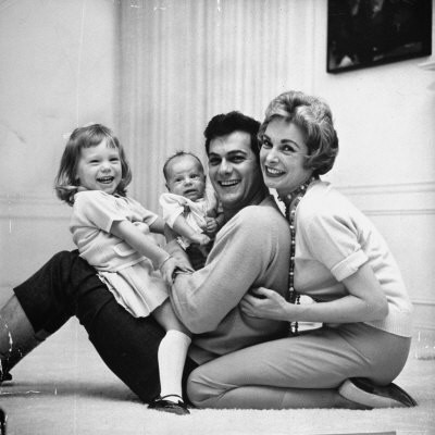 Tony Curtis con Janet Leigh e le loro figlie, Jamie Lee e Kelly
