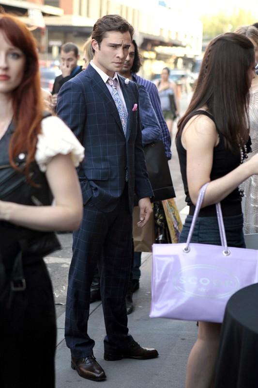 Chuck (Ed Westwick) tra la gente in un momento dell'episodio The Undergraduates di Gossip Girl