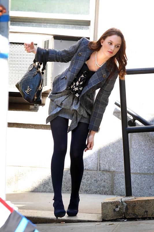 Leighton Meester si mette a posto le calze sul set di Gossip Girl, il 23 Settembre 2010