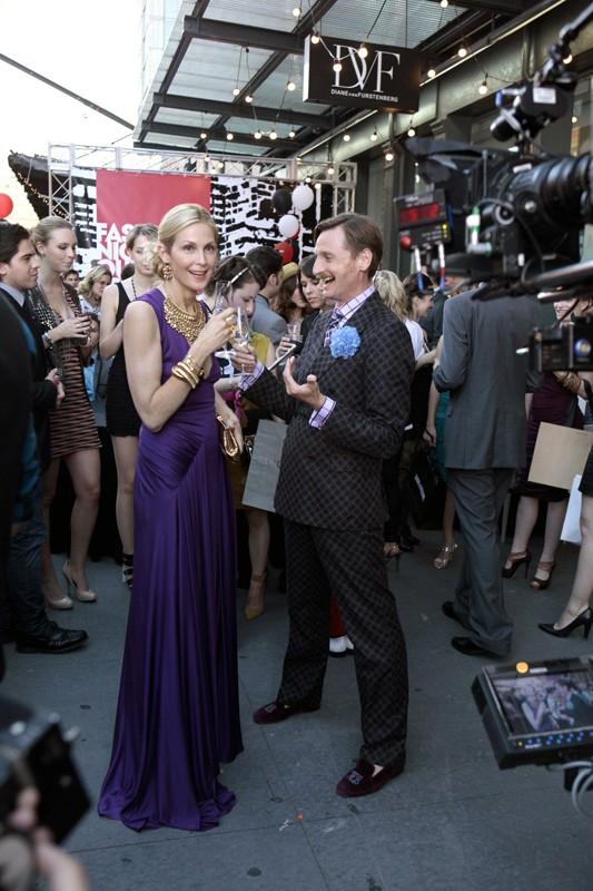 Lily (Kelly Rutherford) e Hamish Bowles (se stesso) nell'episodio The Undergraduates di Gossip Girl