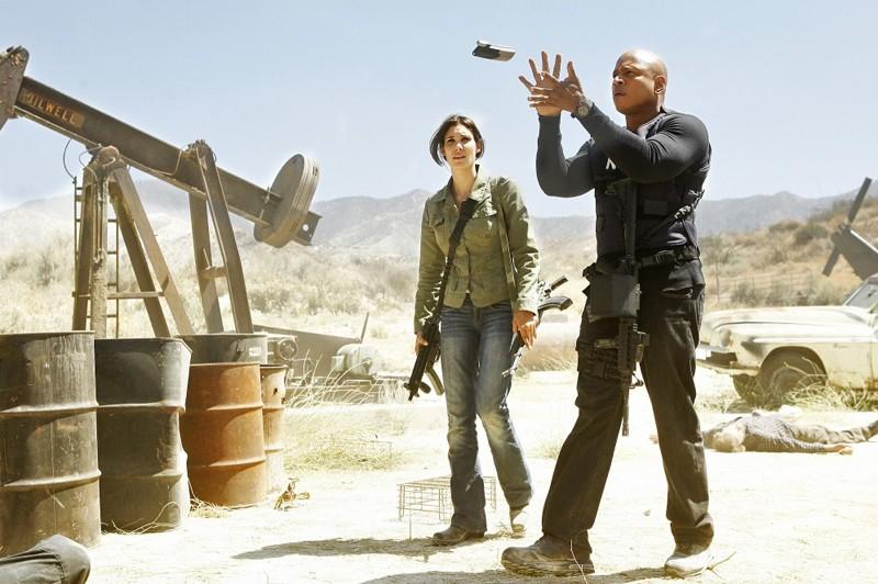 LL Cool J afferra al volo un telefono cellulare nell'episodio Borderline di NCIS: Los Angeles